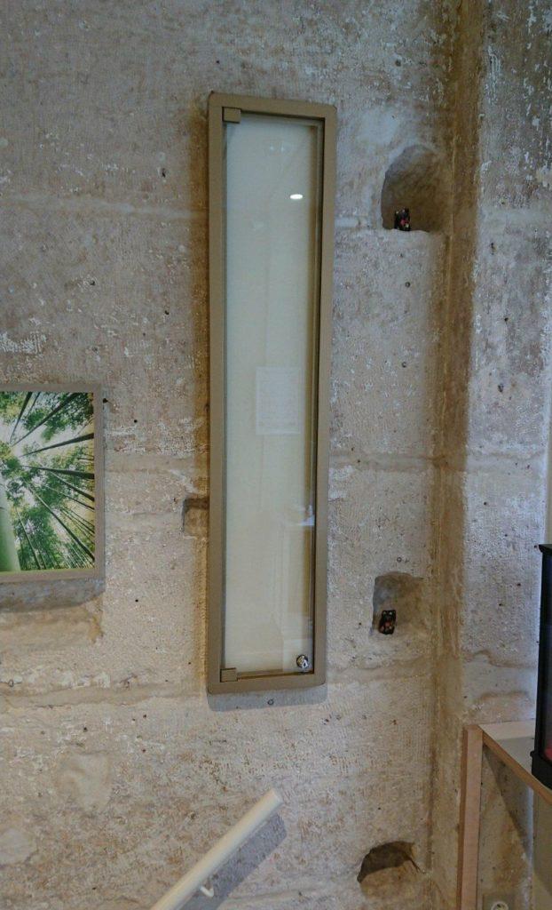 vitrine murale en verre et laiton